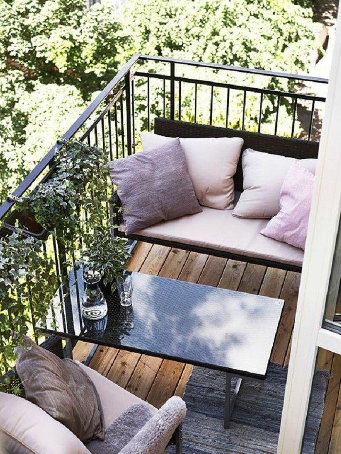 8schmalen balkon gestalten sitzbank dunkle farbe polstersessel kissen pastellfarbe holzboden