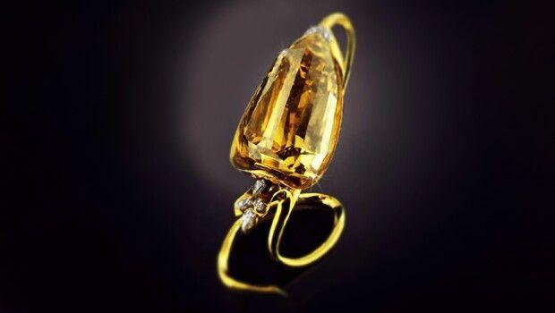 Diamante Incomparable – 407.48 kilates (81,496 g)  Este Diamante Incomparable fue encontrado por una pequeña niña que jugaba con escombros de la Mina de diamantes MIBA en la República Democrática del Congo. Con un peso de 890 quilates antes de ser cortado, la piedra fue el diamante café más grande del mundo. El valor de esta roca es de alrededor de $20 millones.