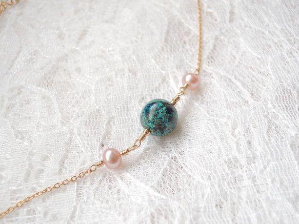 まん丸の大粒(10×10mm)のクリソコラを2つのピンクパールで飾ったネックレスです。クリソコラは、地球儀を小さくしたような模様を持つ美しい石です...|ハンドメイド、手作り、手仕事品の通販・販売・購入ならCreema。
