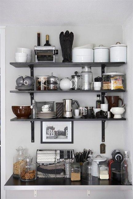 Fondo gris y estantes de madera oscuro decoracion y diseño - estantes para cocina