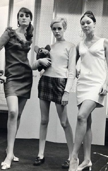 Twiggy in a 60's tartan mini skirt. | Twiggy world / Portadas en ...