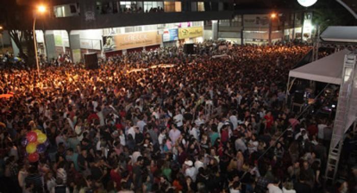 Aproximadamente 20 mil pessoas prestigiaram os shows de Lenine e de artistas locais na noite de quinta-feira (30), na entrequadra da 312/313 Norte