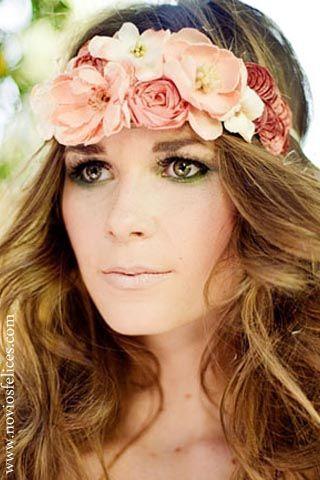 pelo largo suelto ondulado con tocado de flores en tonos salmn
