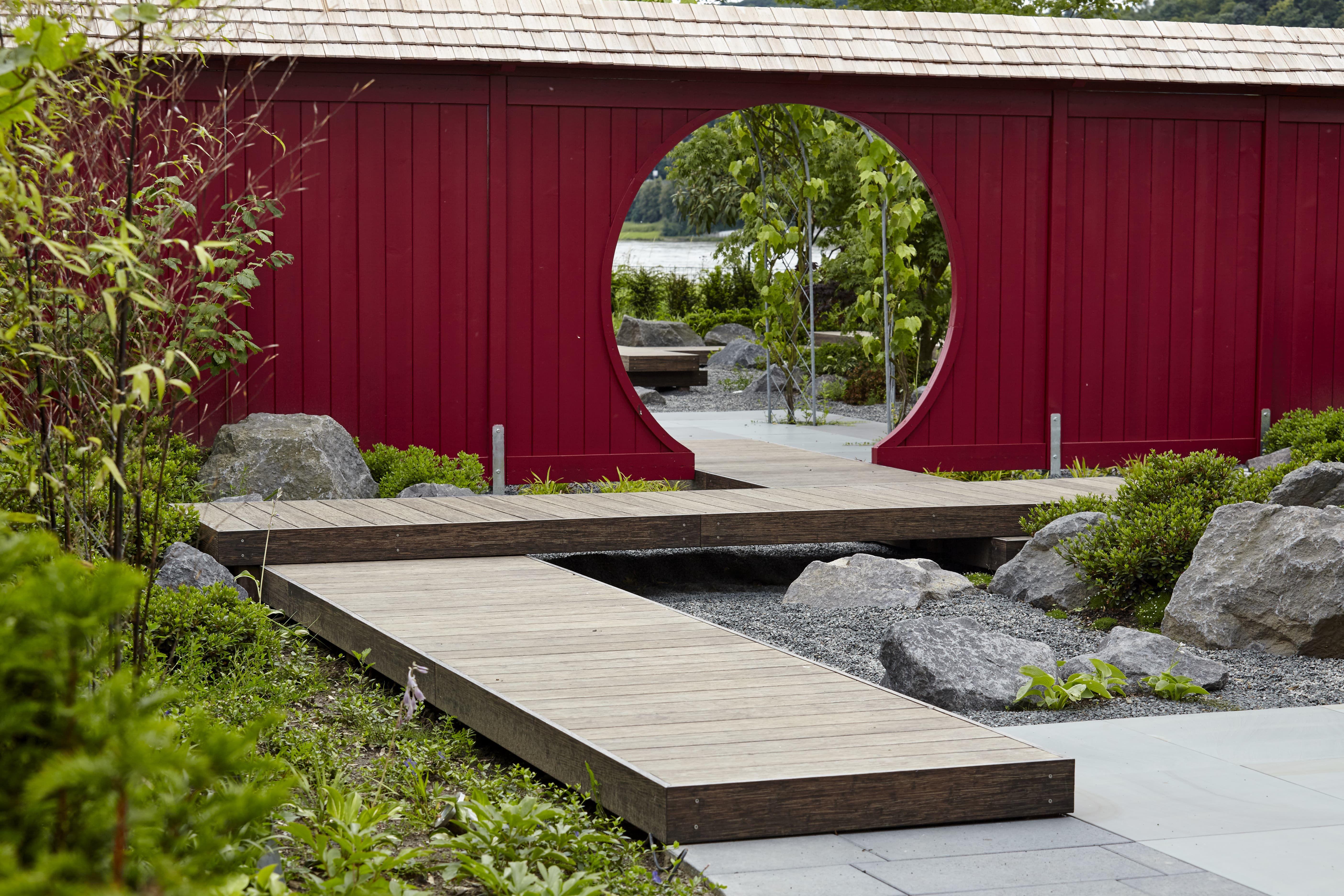 Japanische Holzwand in neu gestaltetem Japanischen Garten