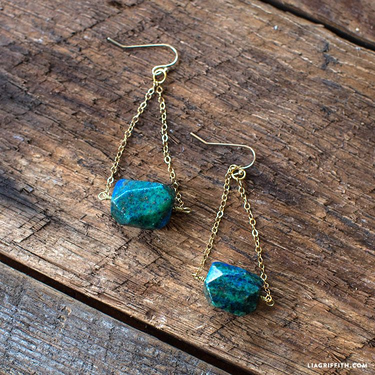 Dare to DIY with our DIY trapeze earrings! As easy to craft as they are elegant.