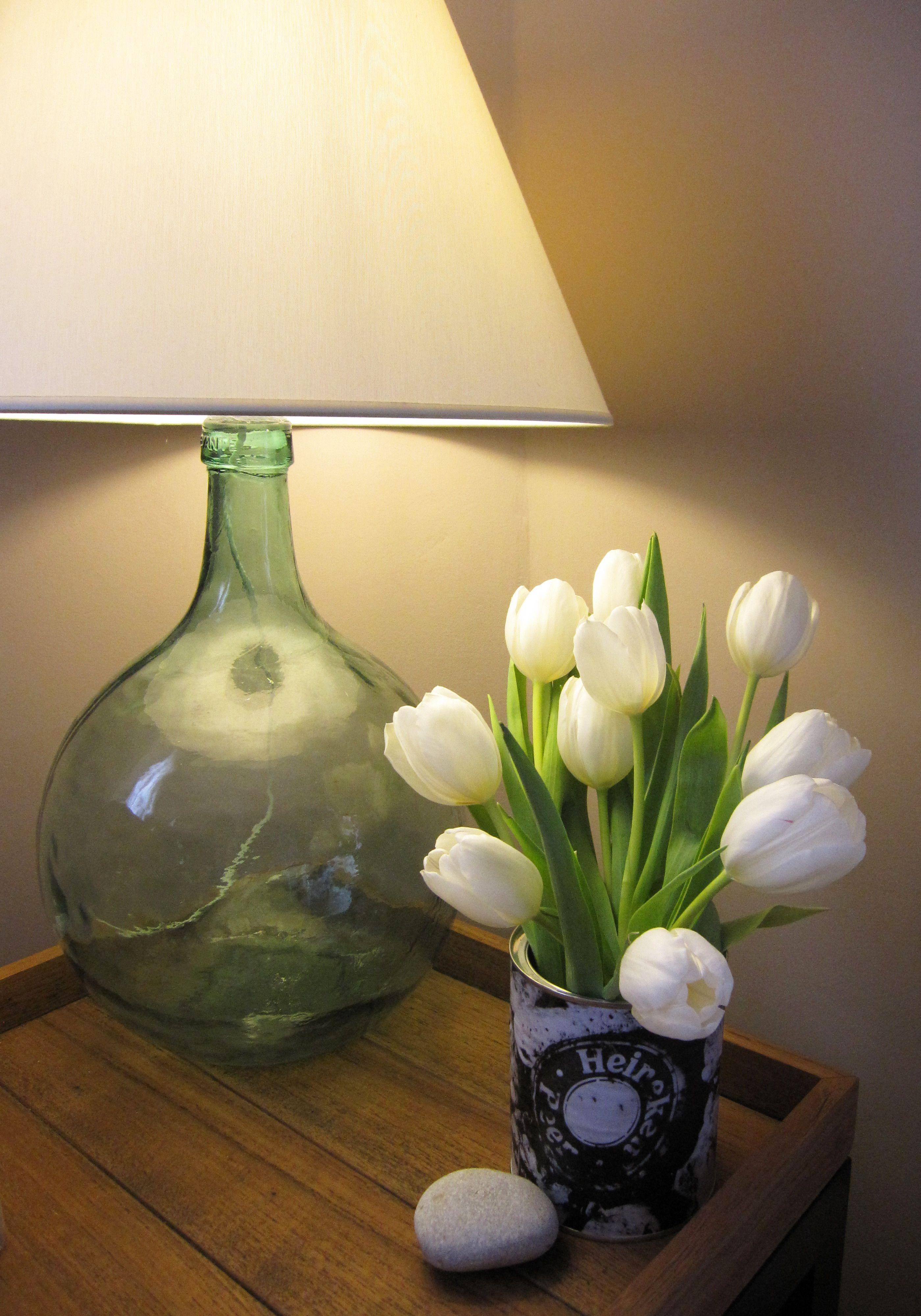 Lata reciclada con aplicación de fotografía y lampara de vidrio con botella antigua de boticario. Se aceptan encargos.