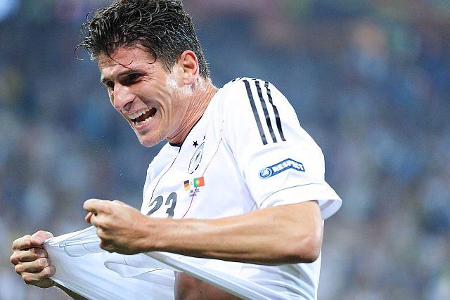 EM-Einstand geglückt, Jubel wieder erlaubt: Wie sich die deutsche Nationalmannschaft mit Mario Gomez zu ihrem Sieg gegen Portugal mogelte – und warum weder all die Tierorakel noch Gina-Lisa Lohfink damit etwas zu tun hatten.