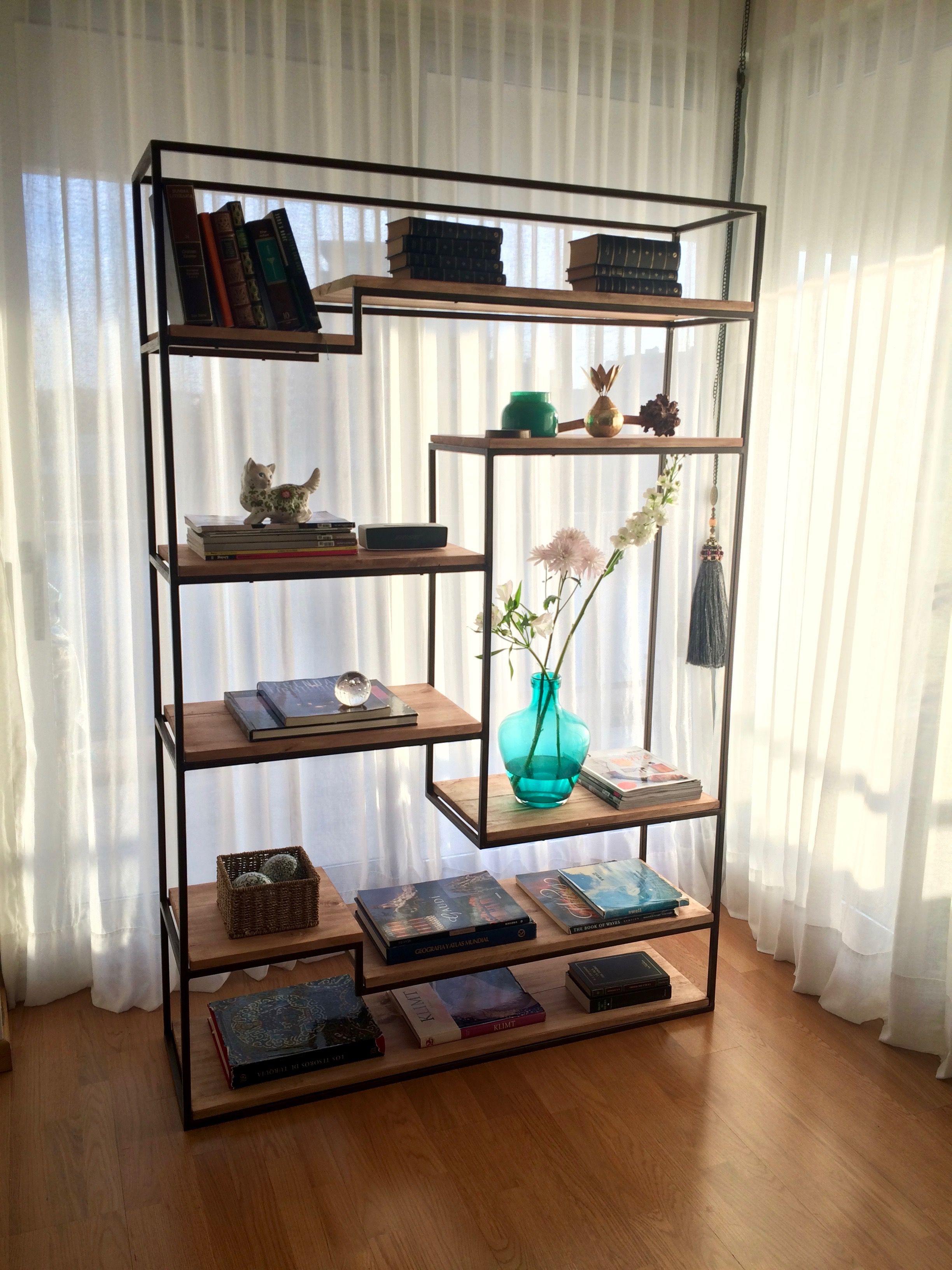 biblioteca estilo industrial de hierro con estantes de