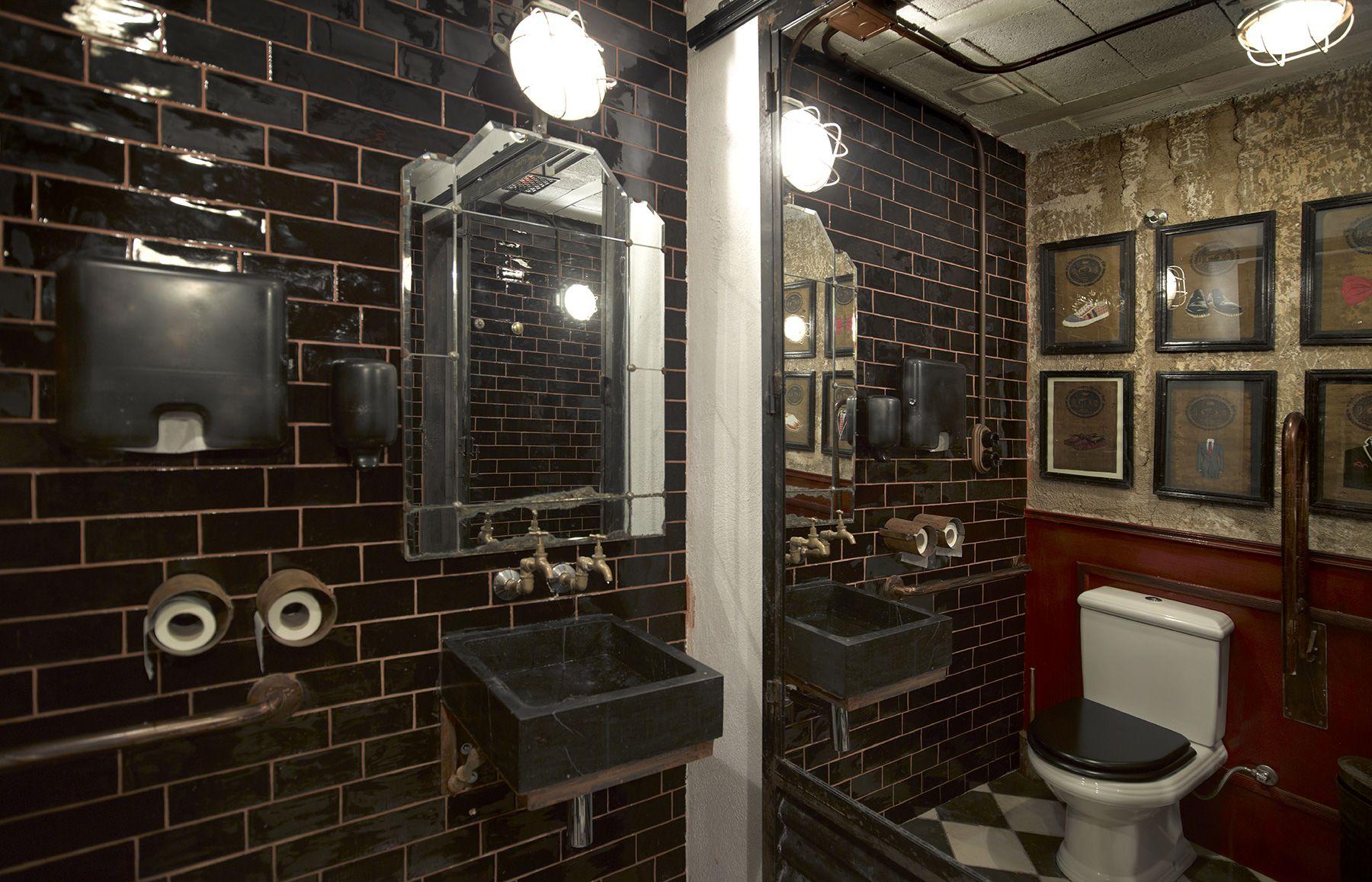 imágenes de la decoración en el baño de caballleros. | nº5 burger