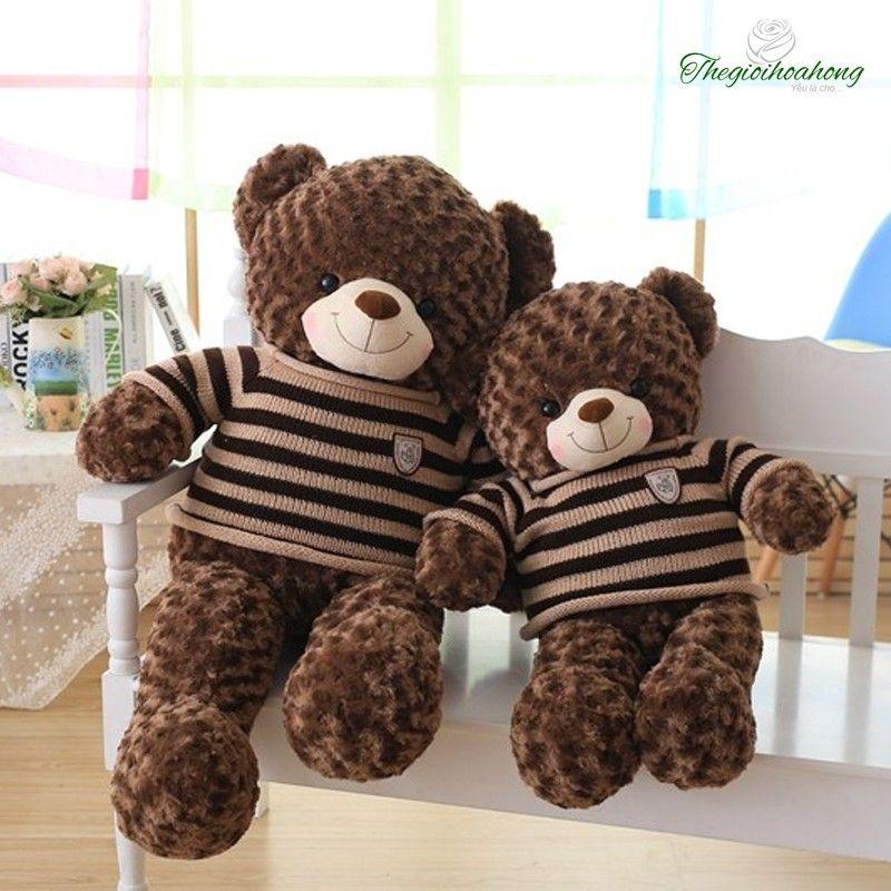 Gấu Teddy áo len choco nhập khẩu lông xoắn hoa hồng cao cấp, được nhồi 100% bông gòn loại 1 trắng tinh. Kiểu dáng sang trọng, dễ thương với bộ lông mềm mại  tạo cảm giác thích thú và thoải mái khi ôm chú gấu teddy này.