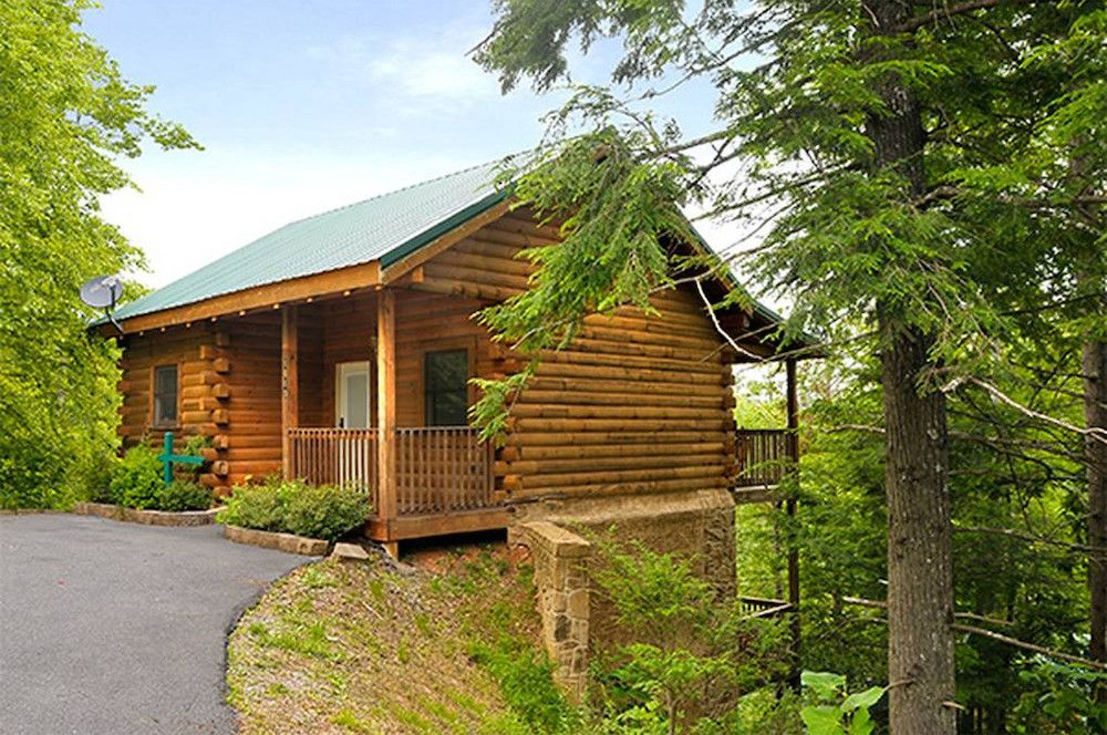 5 Reasons Our 1 Bedroom Cabins Are Perfect For Romantic Getaways In The Smoky Mountains Gatlinburg Cabin Rentals Gatlinburg Cabins Cabin Rentals