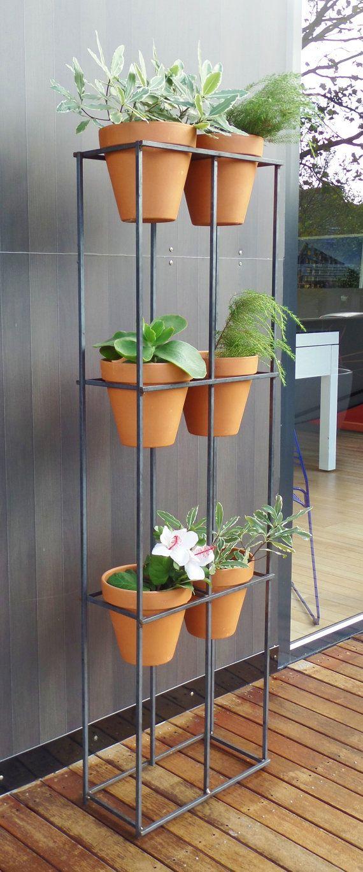 Vertical garden handmade steel frame with six terracotta pots garten idee for Terracotta gartendekoration