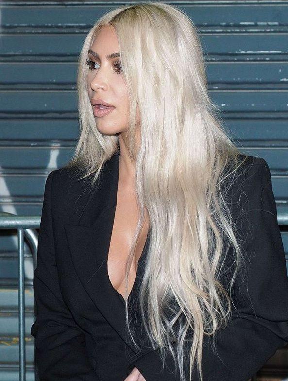 Kim Kardashian With Platinum Blonde Long Hair Cheveux Idees De Coiffures Cheveux Gris