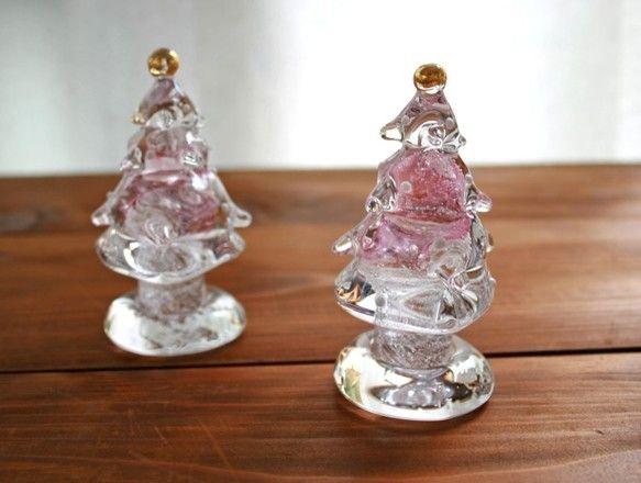 小さなガラスツリーは、好きな場所に置けて手軽にクリスマス気分を楽しめます。色は、細かな泡とスパイラルしている為、やわらかいピンクです。手作りの形ならではの柔ら...|ハンドメイド、手作り、手仕事品の通販・販売・購入ならCreema。