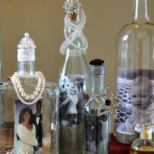 Gebruik een blanco fles als fotolijstje! Gebruik zand of schelpjes om de foto vast te zetten. Bron: beyondblindfold.com
