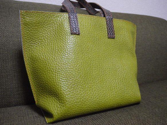本革の型押しを用いた、トートバッグです。 裏地付きで、ポケットは1つになります。 こちらのバッグのステッチの色は、オレンジを用いています。 ベーシックな形のデ...|ハンドメイド、手作り、手仕事品の通販・販売・購入ならCreema。