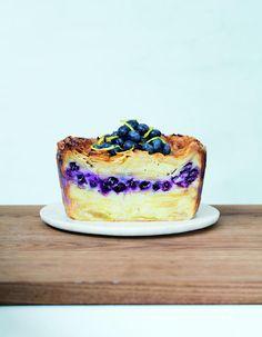 Recette Gâteau invisible citron myrtille : Fouettez les œufs avec le sucre. Ajoutez le beurre fondu puis la farine et le zeste du citron en mélangeant bien j...