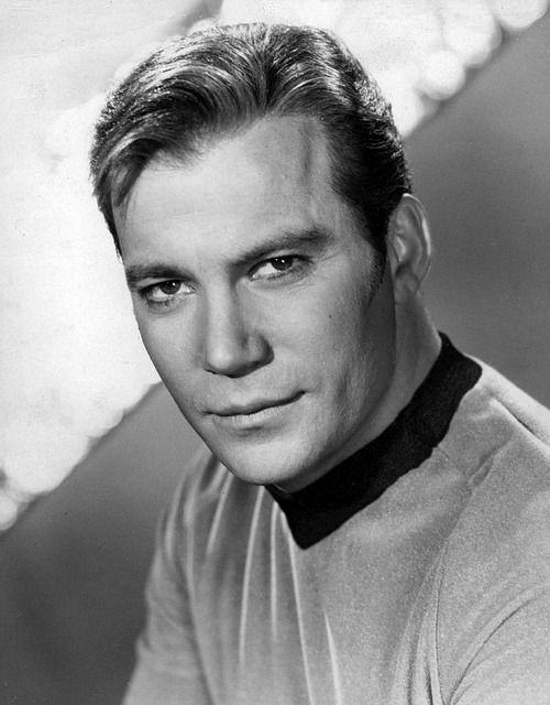 William Shatner. El Capitán James T. Kirk les da la bienvenida a bordo de la nave Enterprise.