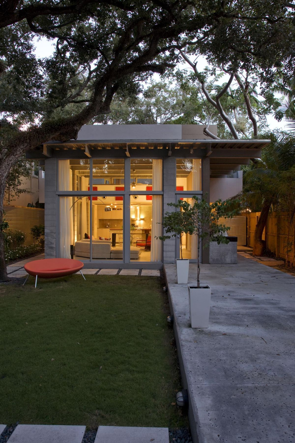 Simple Modern House With Natural Environment Inner Courtyard