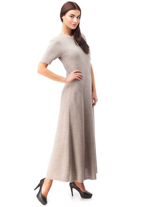 длинное вязаное платье в пол благодаря полуоблегающему силуэту