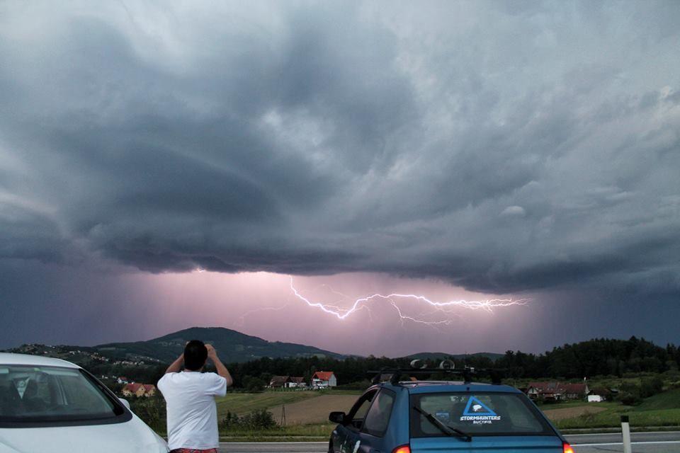 Top Gewitterfront über Kulm, fotografiert von Hans-Jürgen Pross, Stormhunters Austria. Der am Foto bin ich.
