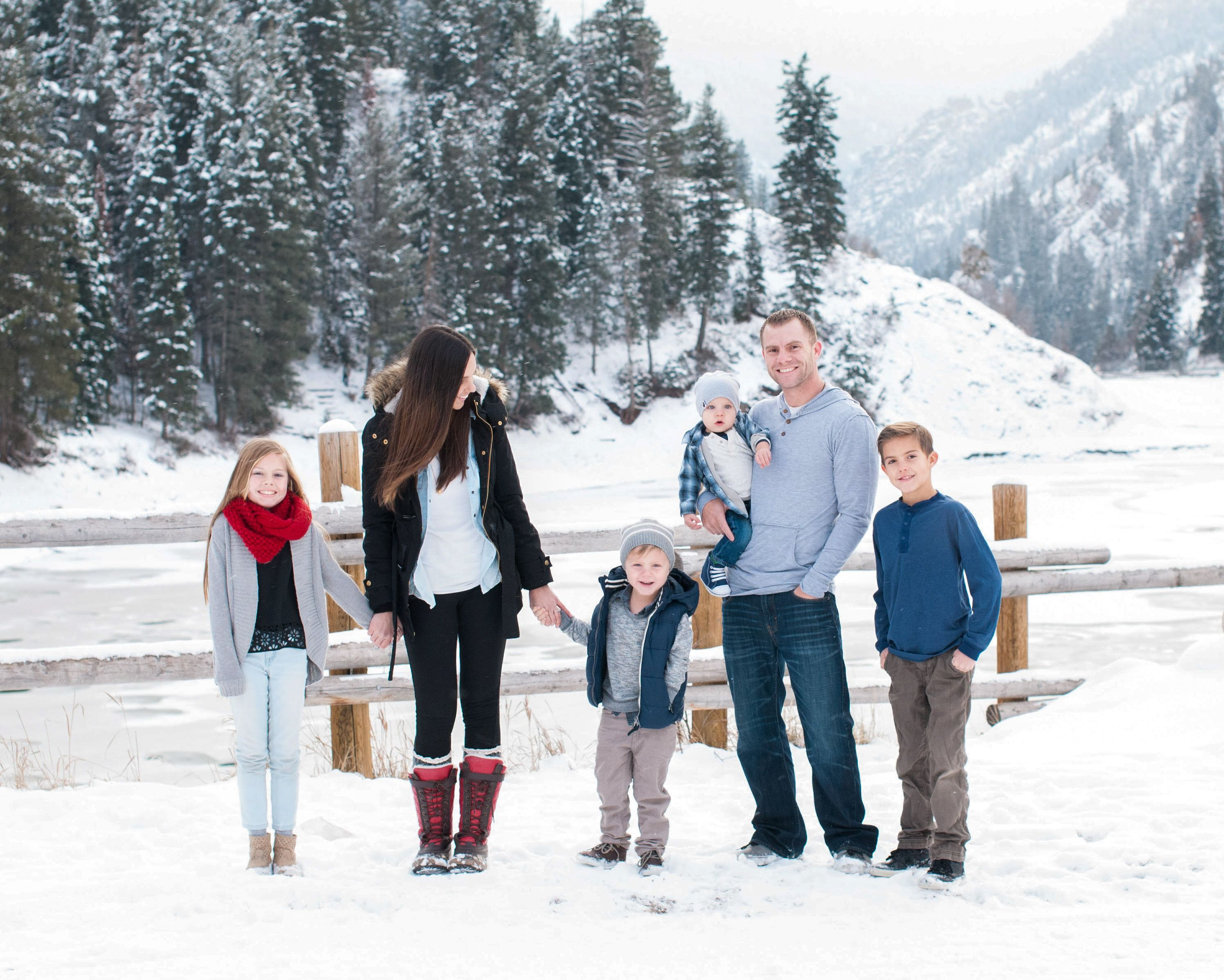 Snow family pictures, winter family pictures, family photography, Tibble Fork, Christmas picture ideas, outdoor photography, Krystal Lou Photography. #winterfamilyphotography