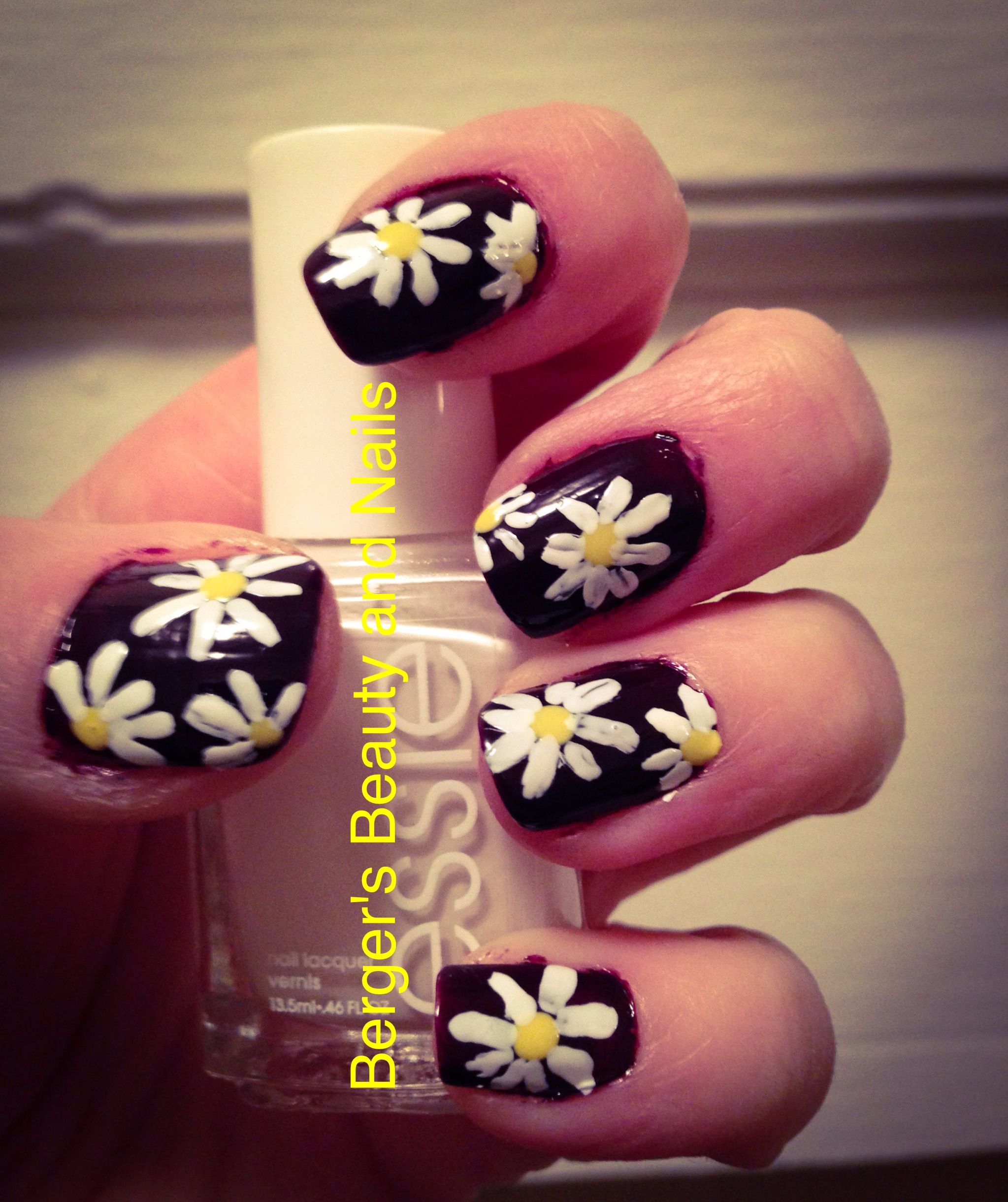 Daisy nail design #nailart #bergersbeautyandnails #daisy