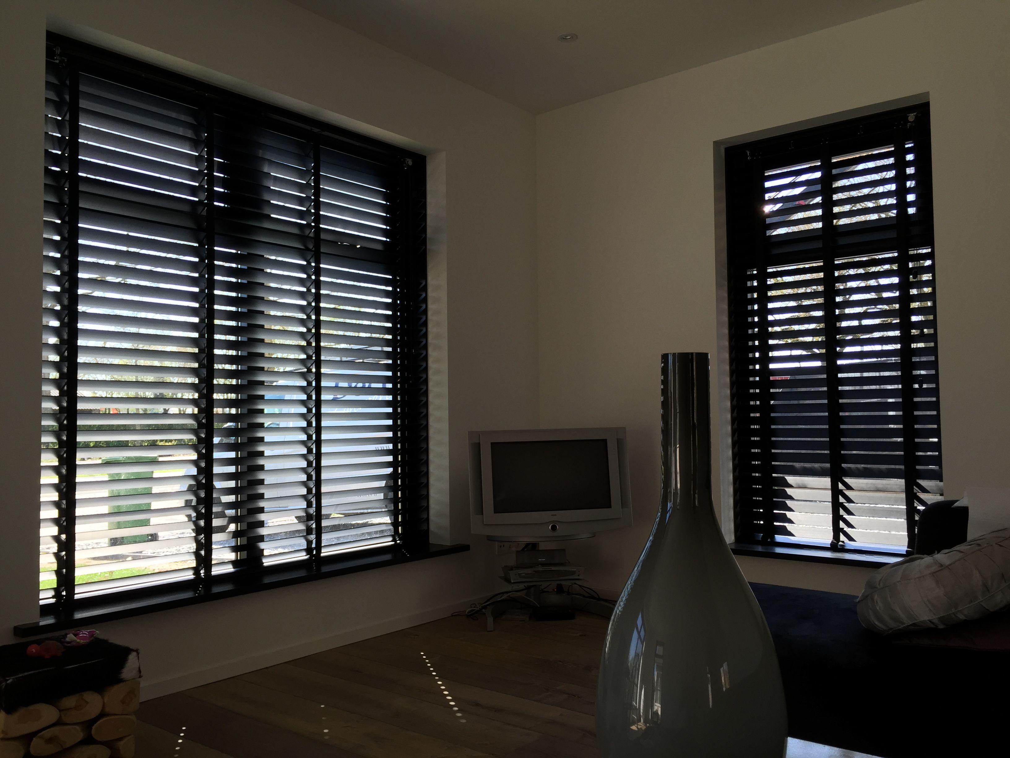 Houten jaloezieen 70 mm in mat zwart met zwart ladderband for Licht interieur plaza