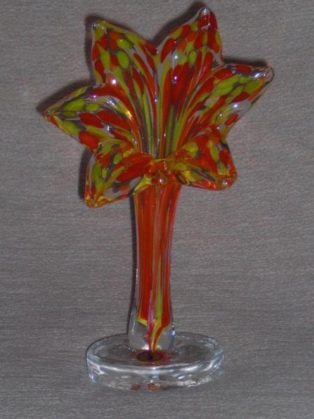 Eine wunderschöne Vase in Form einer Blume.In der Vase wurde mehrfarbiger Glas verwendet.Sehr schöne Dekoration für jedes Zimmer.Höhe ca. 21,0 cm