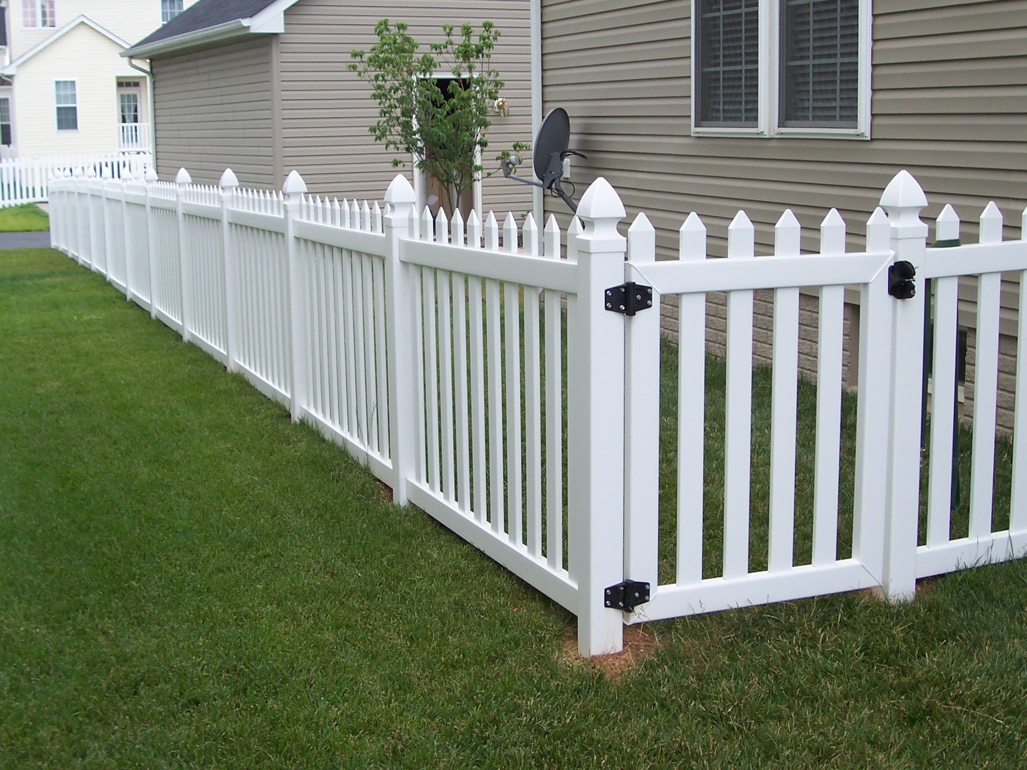 Contemporary Vinyl Fence With Gothic Post Caps And Single Gate Vinyl Picket Fence Backyard Fences Picket Fence