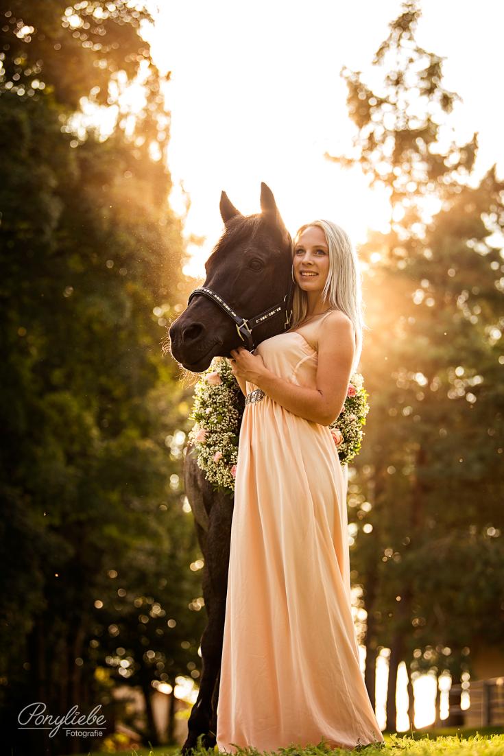 fe8d1010780 Wunderschönes Portrait einer jungen Frau im langen Kleid und ihrem hübschen  Pferd mit Kranz. Romantische Pferdefotografie.