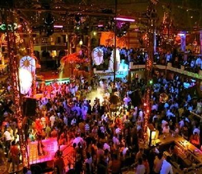 Nada como disfrutar la noche neoyorkina con amigos, tomando deliciosos tragos y bailando al ritmo de la mejor música.