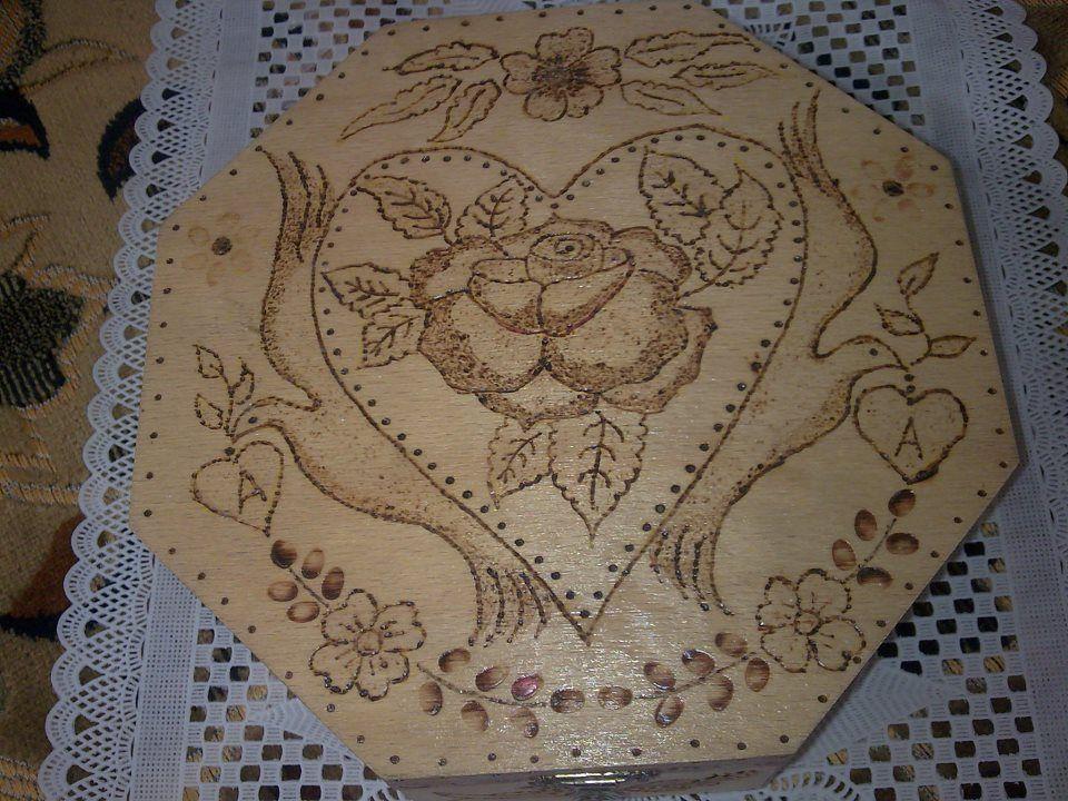 صندوق خشبي بعد طباعة الرسمة تمت عملية حرق الخشب ثم تم طلاؤه بالورنيش اللكر للمعان والحفظ