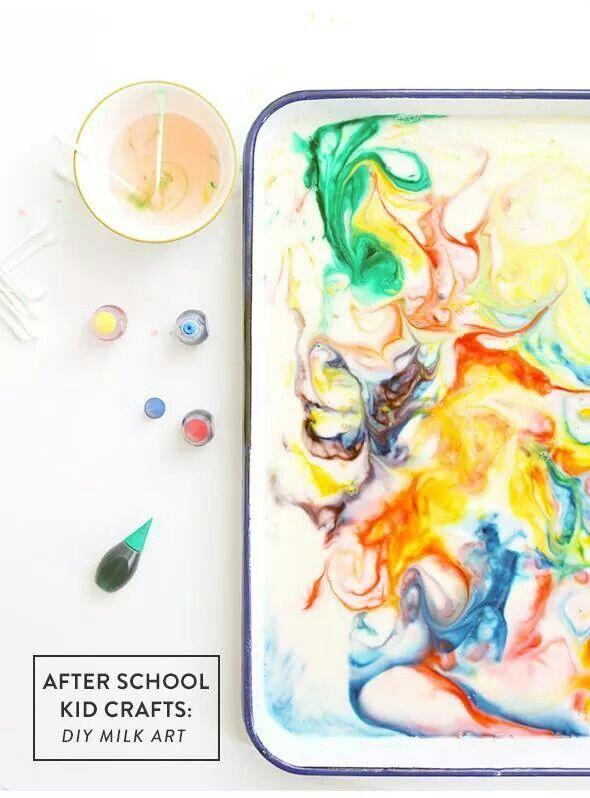 Jugando con el color con leche, jabón de platos y colorante ...