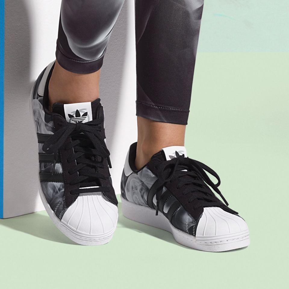 Découvrez la Adidas Superstar White Smoke (Core Black/Ftwr White), une sneaker signée Rita Ora, avec un imprimé fumée.