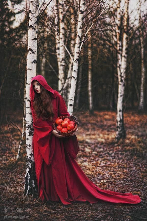 Beata Banach Photography Little Red Riding Hood  cape: Ewa Jobko - Costume Designer – avec Klaudia Budzyńska.