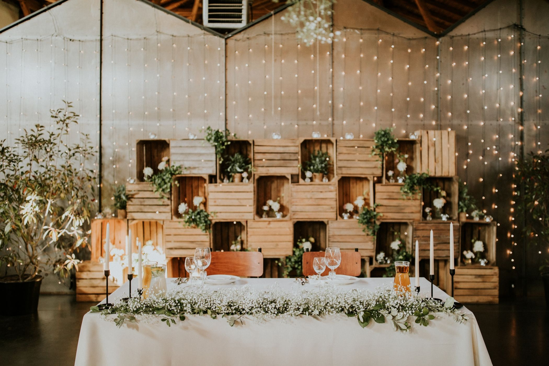 Inna Studio Table Decoration For A Bride And Groom Presidential Table Decoration With A Plaster Reception Head Table Wedding Reception Backdrop Wall Backdrops