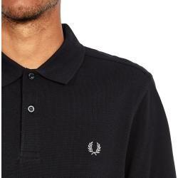 Das Plain Slim Fit Polo Shirt von Fred Perry basiert auf dem Design, in dem der Firmengründer in den Fünfziger Jahren seine Matches bestritt. Das Plain Slim Fit Fred Perry Polo Shirt setzt nach wie vor auf Features wie den gerippten Kragen mit kurzer Knopfleiste, gerippte Ärmelbündchen und ein gesticktes Fred Perry Laurel Wreath-Logo links auf der Brust. Zudem wurde das Plain Slim Fit Fred Perry Polo Shirt mit einem Slim Fit versehen, das Pikee besteht aus 100% Baumwolle.