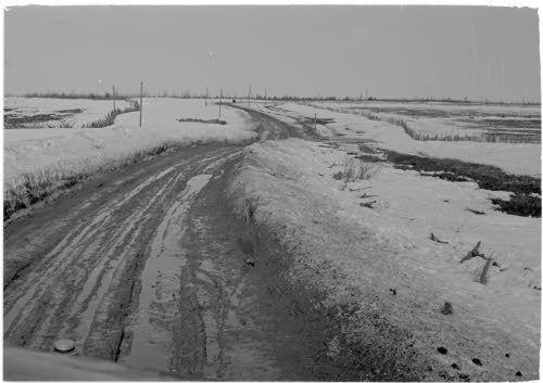 Kuva Äänisjärven rantatiestä Syvärin lohkolla huhtikuussa 1942 venäläisten  suurhyökkäyksen aikaan.