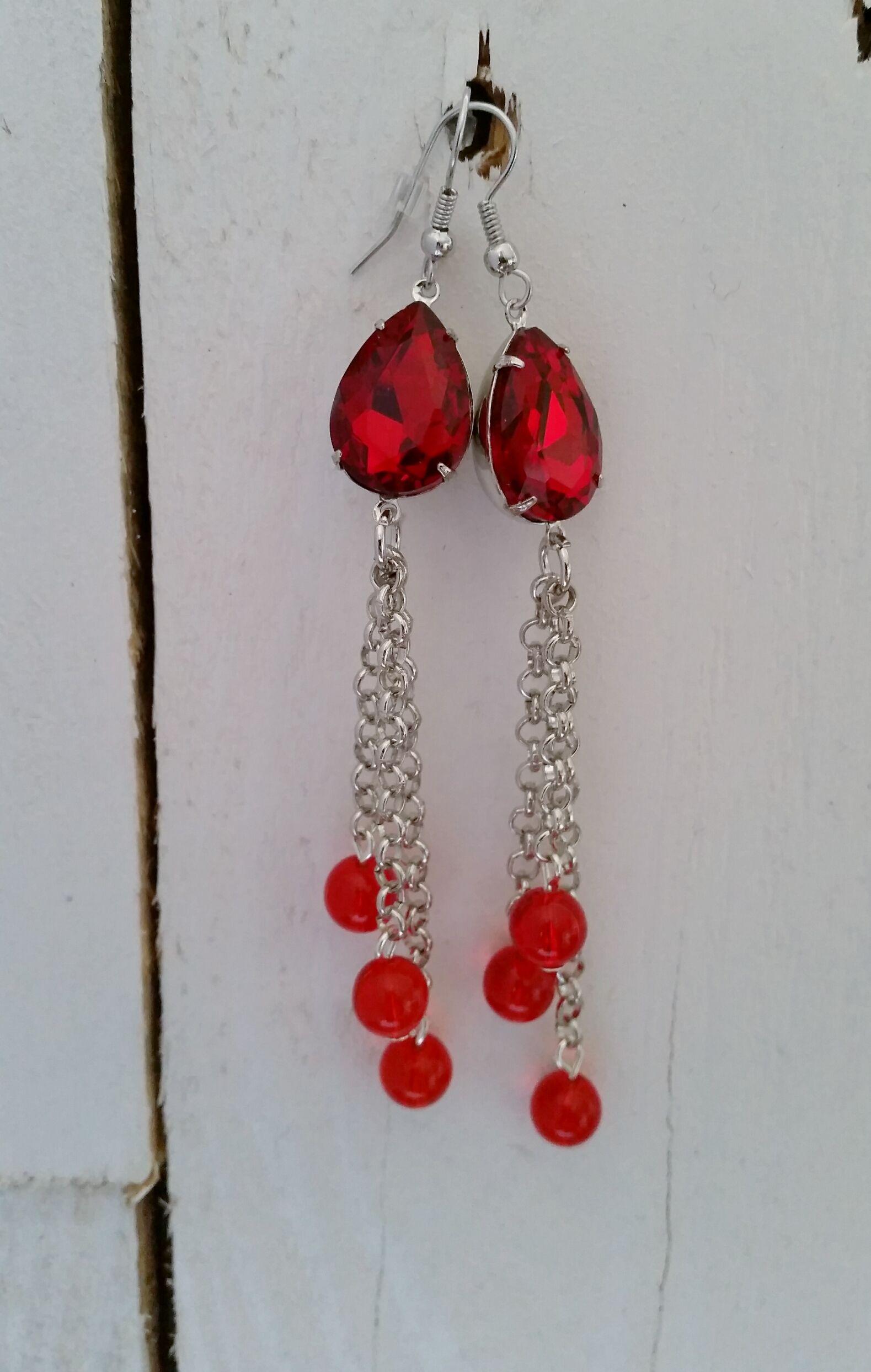 Lange rode oorbellen (10,5 cm) gemaakt met een facet geslepen puntsteen en rode glaskralen. http://www.yomesieraden.nl/dames/oorbellen/oorbellen-whero-roa.html
