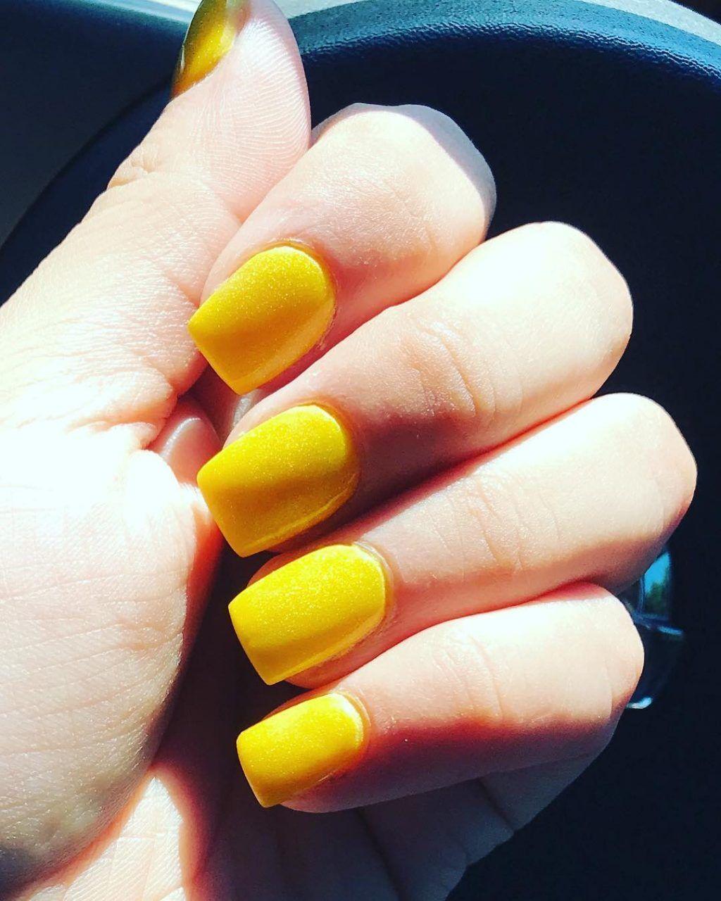 Amazing short yellow acrylic nails! AcrylicNailsSquoval