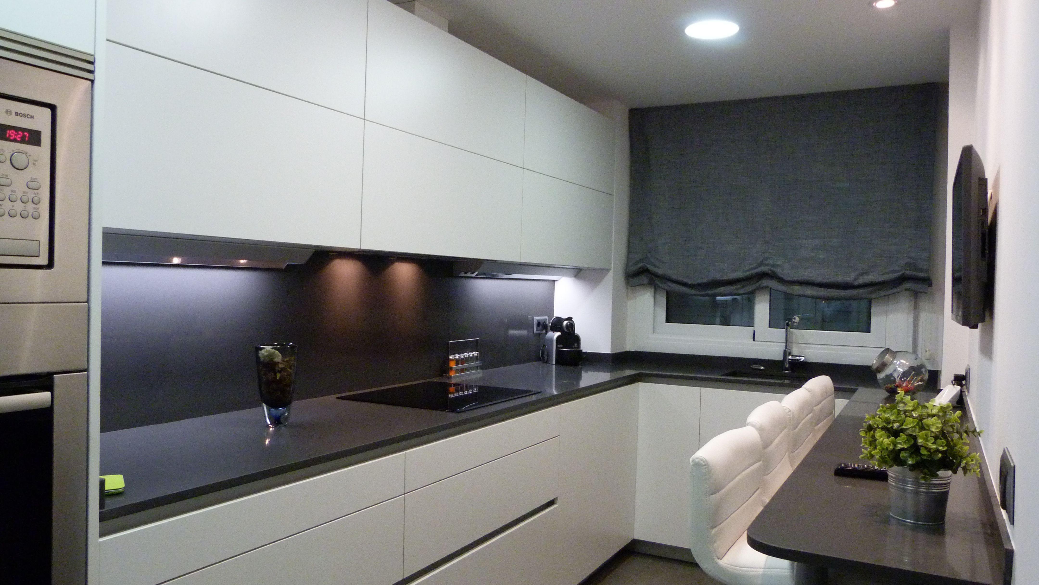 Reforma cocina E&R. Mobiliario Santos, modelo Line-E blanco mate. Silestone Marengo.  #Grupo filtrante #barra #taburetes #blanco #white
