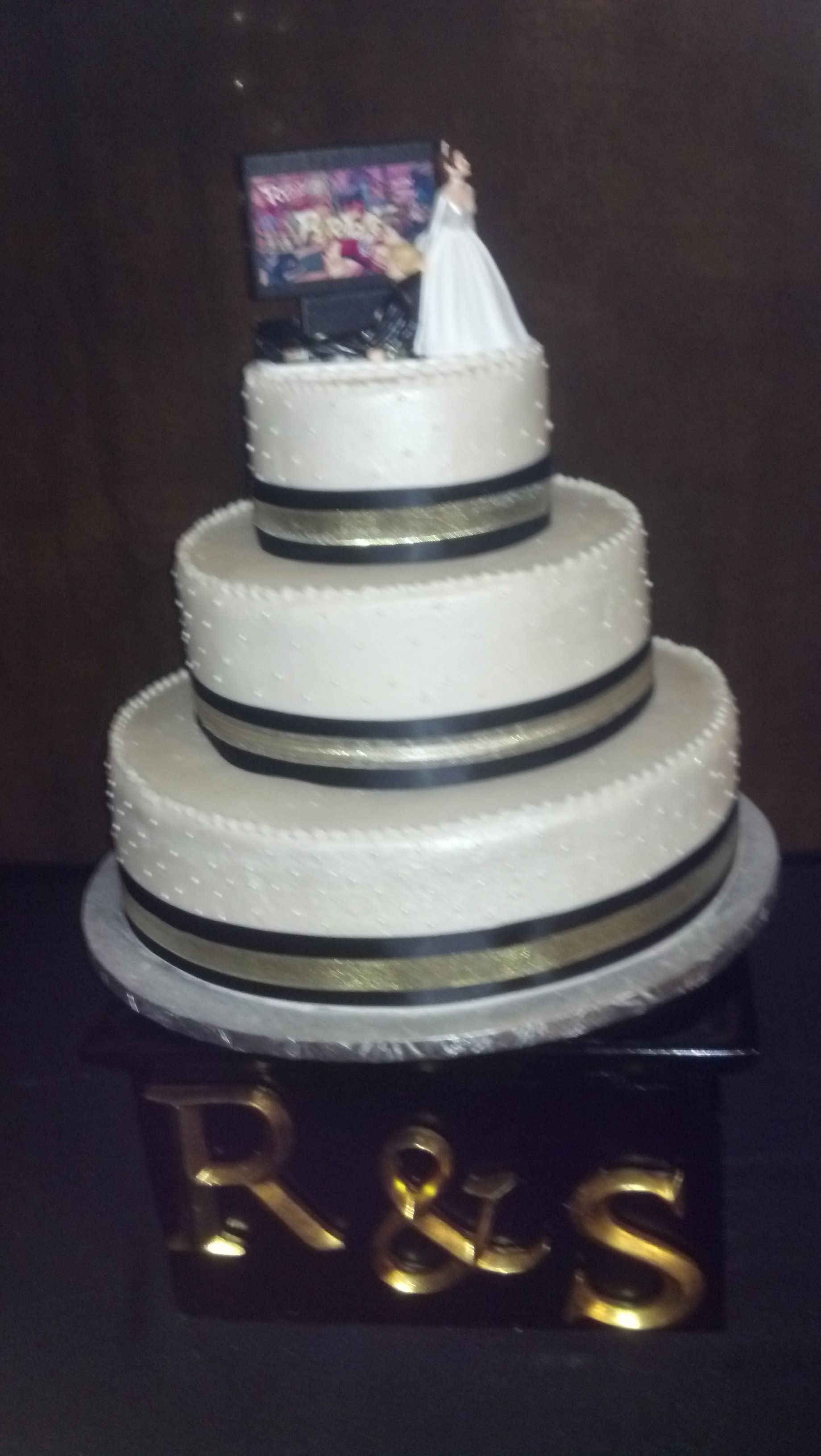 Black and gold pearls Wedding cakes