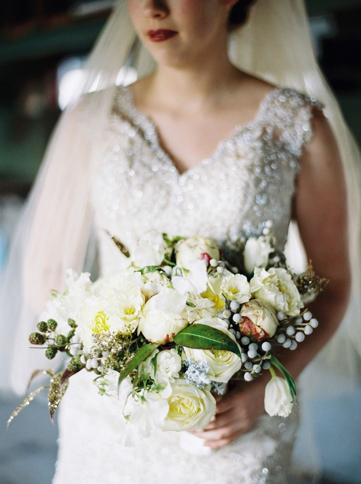Pretty bridal bouquet + bridal portraits before the wedding | fabmood.com