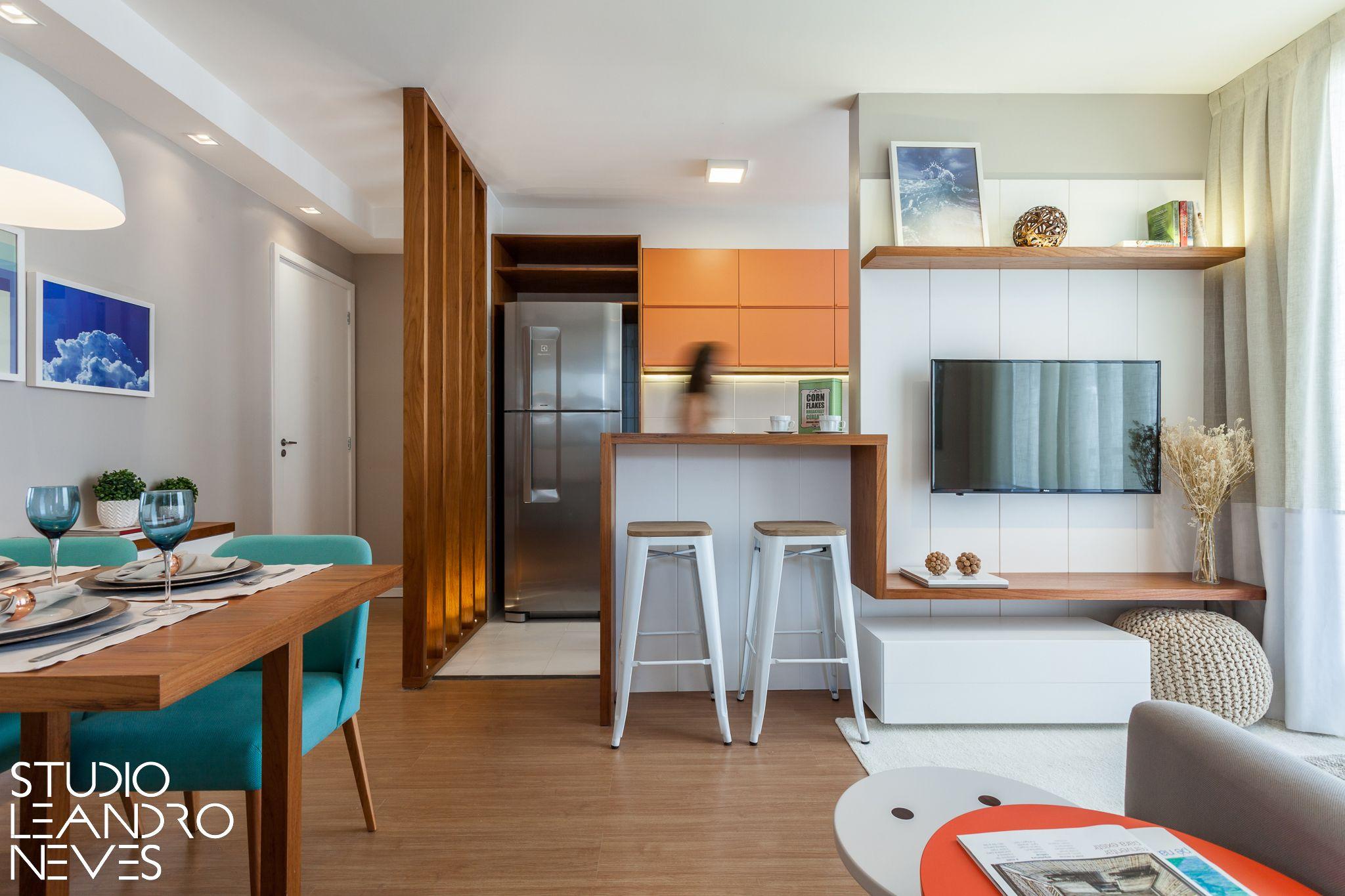 A integração das salas e cozinha deu uma sensação de amplitude nesse ...