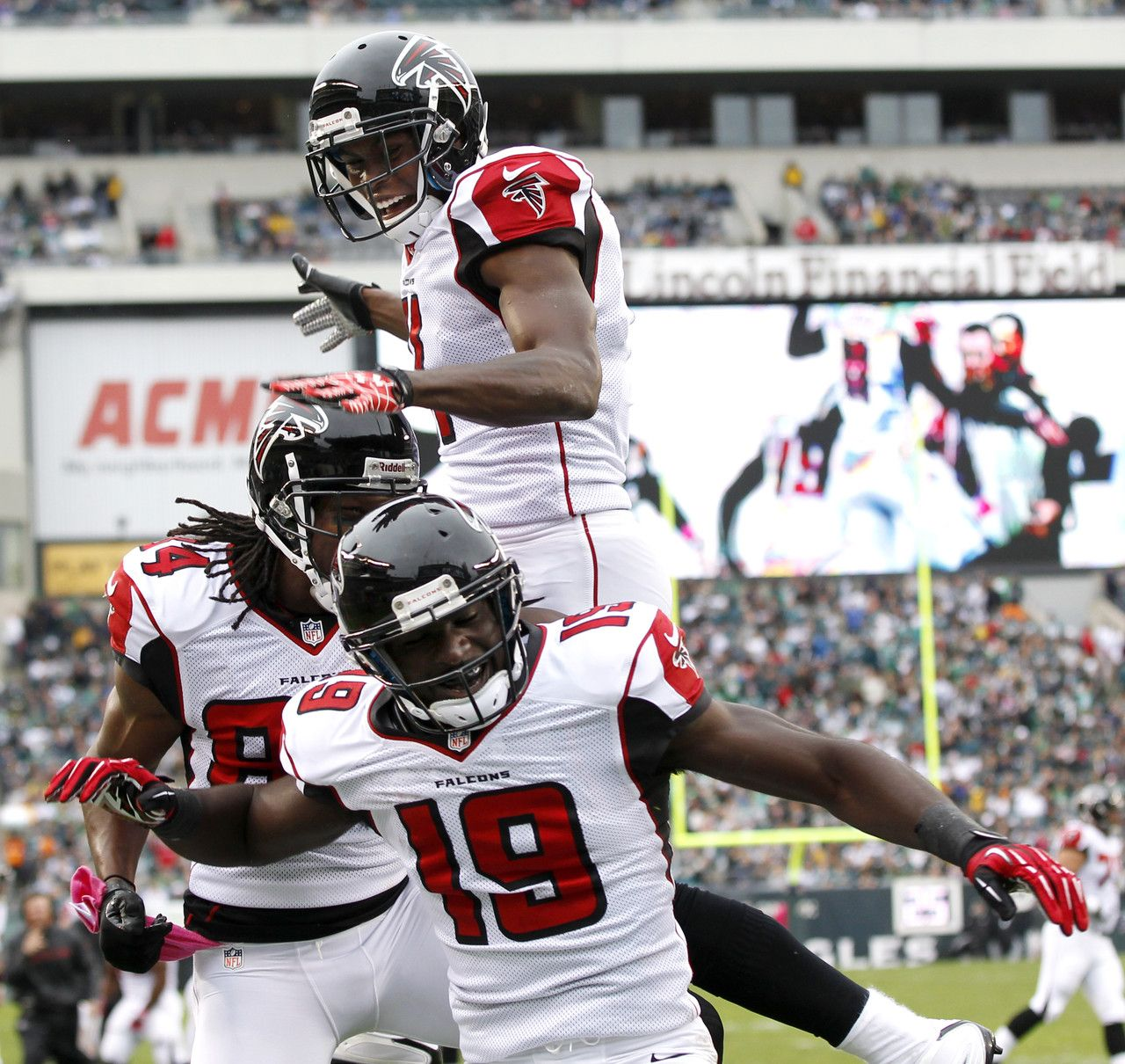 Atlanta Falcons Wide Receiver Drew Davis Celebrates With Teammates Julio Jones And Roddy White After Scoring O Falcons Eagles Football Atlanta Falcons Crafts