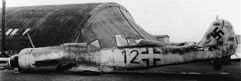 Dos fotos de su avión pero esta vez ya en Inglaterra donde fue sometido a muchas pruebas.