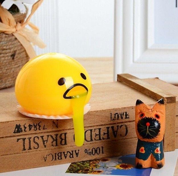 Ein erbrechendes Eigelb-Quetschspielzeug für eine seltsam liebenswerte Form von Stressabbau, von dem Sie nicht wussten, dass Sie ihn brauchen.