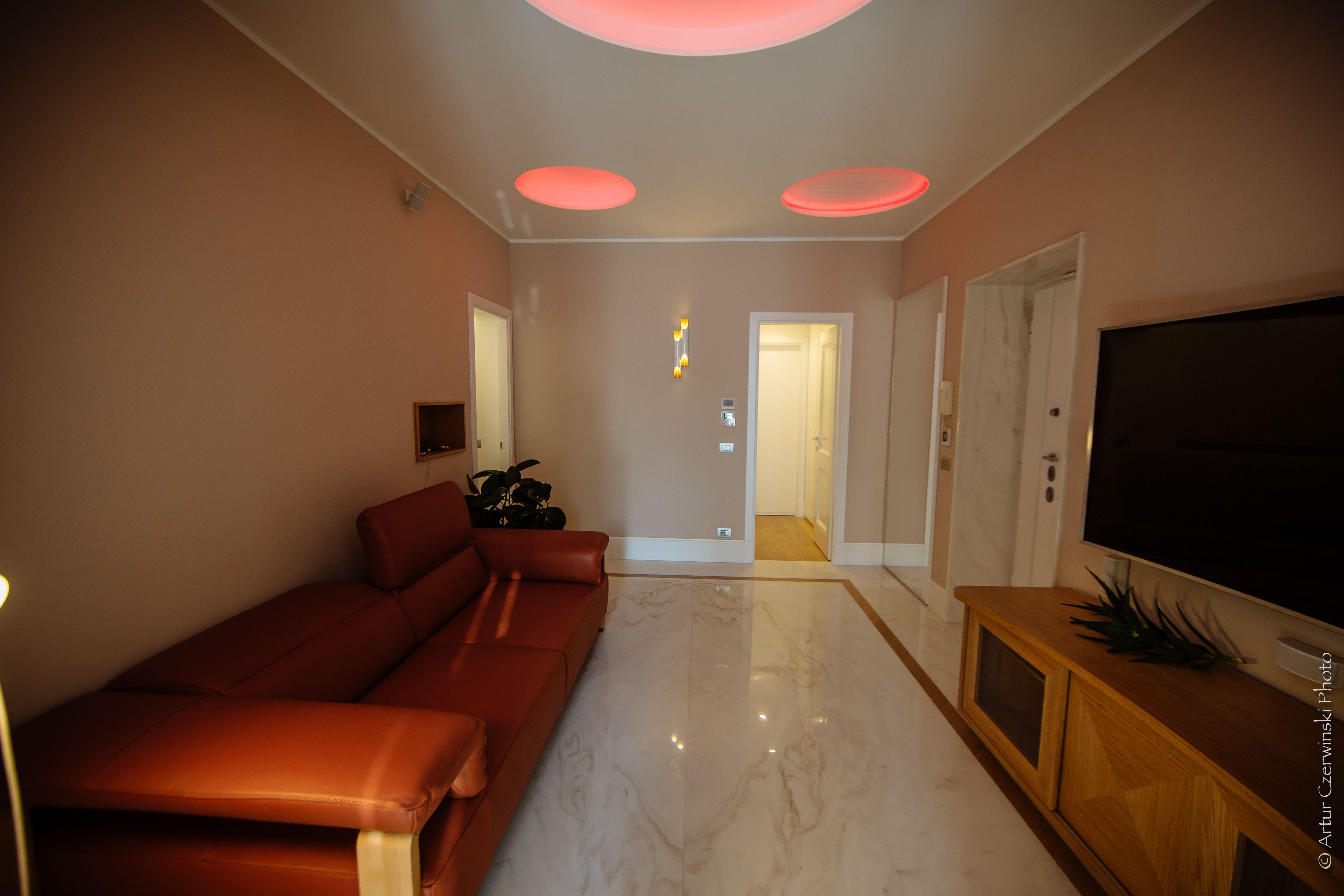 Soggiorno pavimenti marmo parquet dettaglio illuminazione casa