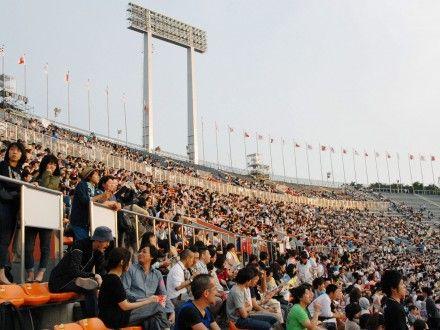 """Besucher der """"Japan Night"""" im alten Nationalstadion von Tokyo, das für die kommenden Olympischen Spiele abgerissen werden soll."""